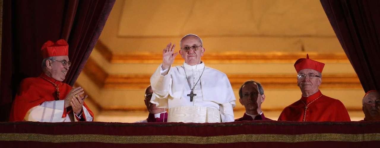 13 de março - Francisco, como ele escolheu ser chamado, apareceu no balcão central da Basílica de São Pedro às 20h14 (16h14 de Brasília) e, falando em italiano, se dirigiu aos fiéis reunidos na Praça São Pedro