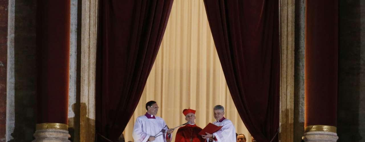 13 de março -O cardeal protodiácono francês Jean-Louis Tauran anuncia que o cardeal argentino Jorge Mario Bergoglio, 76 anos, é o novo papa da Igreja Católica. Ele escolheu ser chamado de Francisco