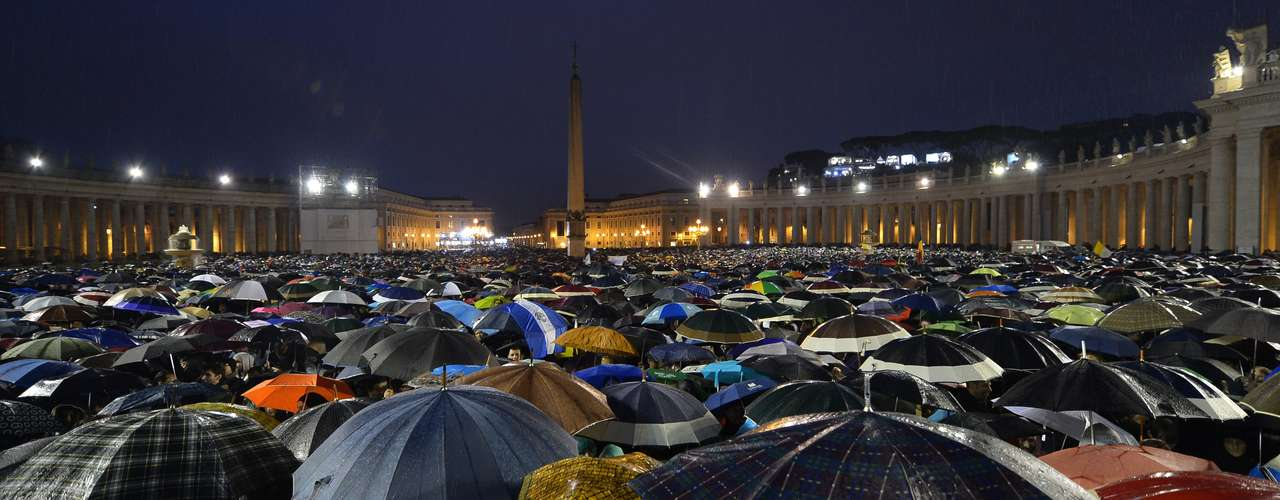 Dezenas de milhares de pessoas aguardaram durante todo o dia na Praça São Pedro por uma definição sobre o novo papa no segundo dia de Conclave