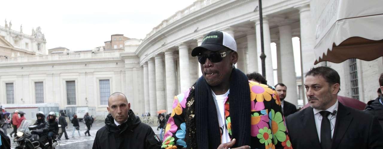 13 de março - O astro da NBA Dennis Rodman caminha por uma rua próxima à Praça São Pedro, no Vaticano, para onde viajou para apoiar a escolha de um papa negro. Ele afirmou que pretende se encontrar com o novo líder da Igreja Católica