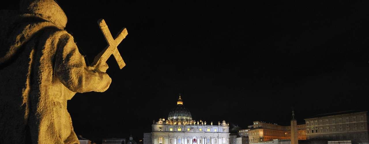 Vista geral da Praça São Pedro mostra a multidão que acompanhava o Conclave quando a fumaça branca indicando um novo papa foi liberada na chaminé da Capela Sistina