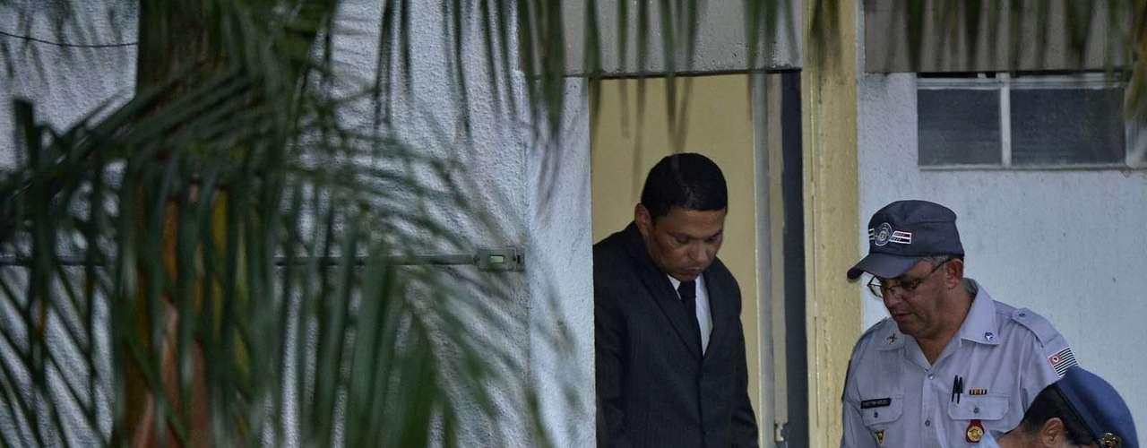 14 de março - Após ser condenado a 20 anos de prisão, Mizael deixa o fórum de Guarulhos escoltado