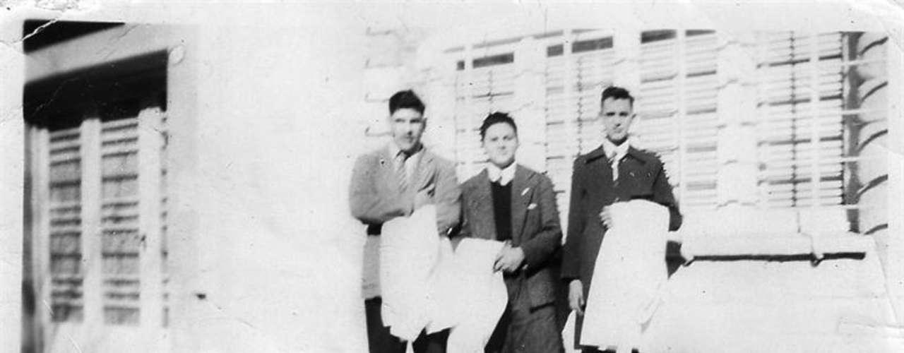 Um jovem Bergoglio (dir.) é visto ao lado de colegas na escola secundária em que estudou na capital argentina