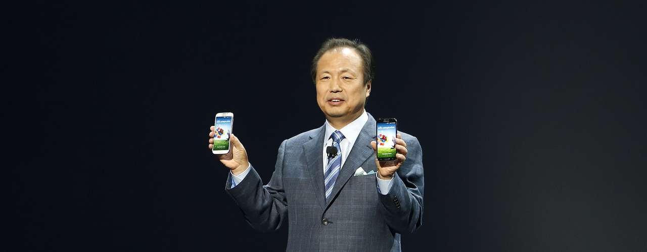 O chefe da divisão de aparelhos móveis da Samsung, J. K. Shin, mostra o novo smartphone da companhia, o Galaxy S4, disponível nas cores preta e branca