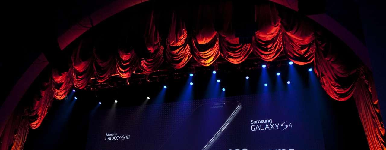 Smartphone da Samsung é mais leve que seu antecessor: pesa 130 gramas, contra 132 gramas do Galaxy S III