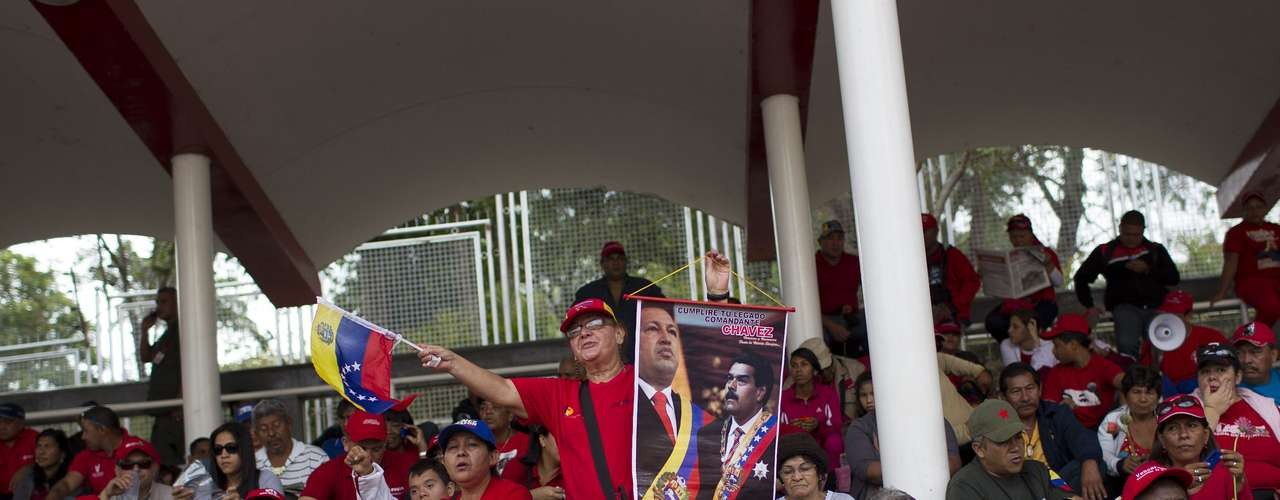 15 de março - Centenas de pessoas se preparam para acompanhar o cortejo fúnebre que levará o caixão de Hugo Chávez ao ao Quartel da Montanha ou Museu da Revolução