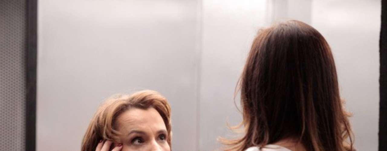 A socialite sabe demais sobre a relação de Lívia e Wanda (Totial Meirelles) e precisaser silenciada