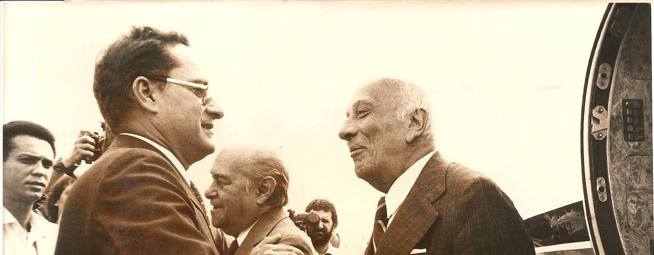 Roberto Magalhães cumprimenta Tancredo Neves e Ulisses Guimarães, personagens que encabeçaram o movimento Diretas Já