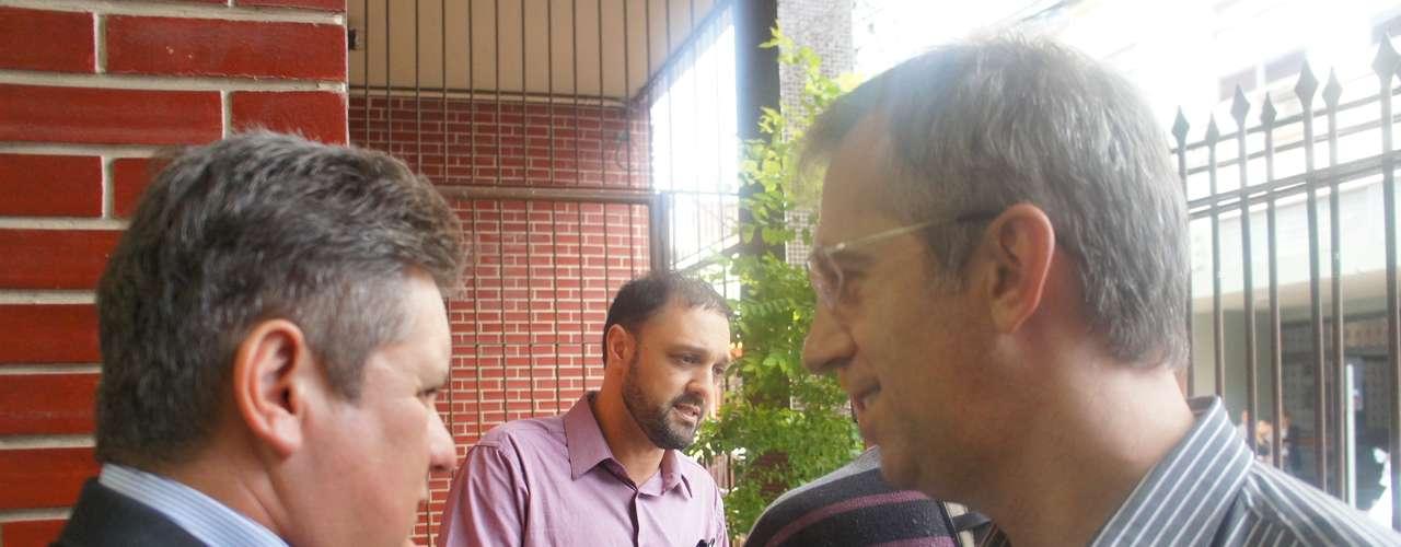 15 de março -Ranolfo Vieira Júnior (à esq.), e os delegados responsáveis pelo inquérito Sandro Meinerz (de óculos) e Marcelo Arigony (de rosa)