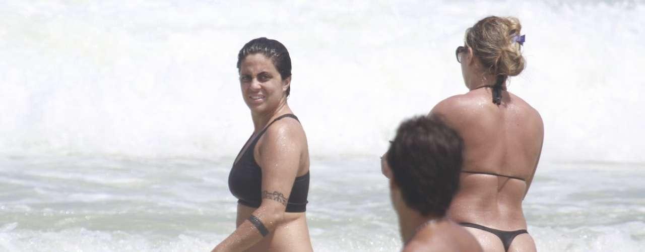 Março 2013 -Thammy Miranda, filha da cantora Gretchen, que está no ar na novela 'Salve Jorge' como a policial Joyce, curtiu a praia da Barra da Tijuca na manhã deste sábado (16) com uma amiga