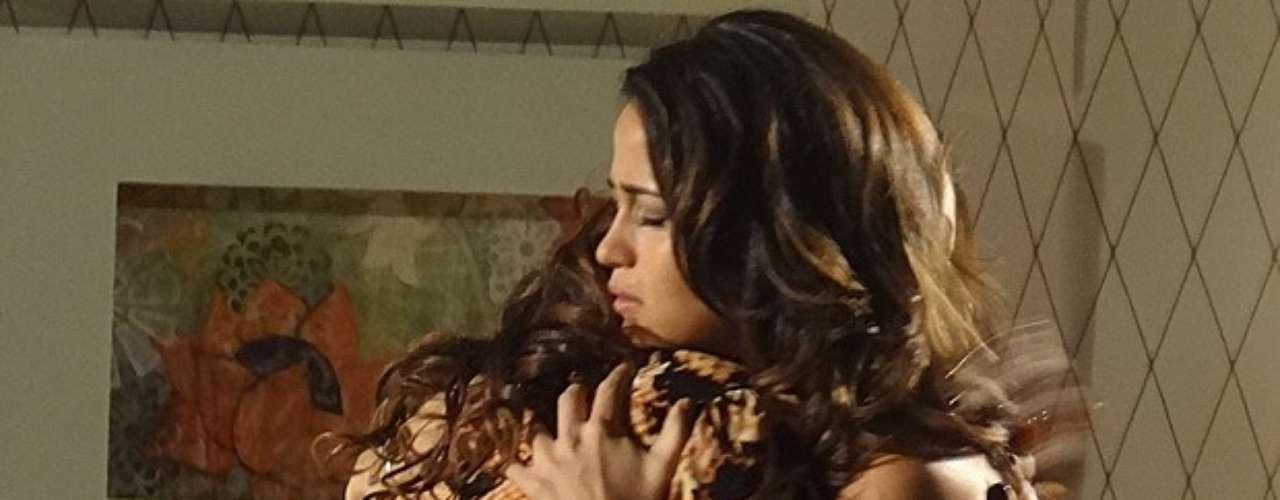 Morena (Nanda Costa) e Helô (Giovanna Antonelli) se abraçam e comemoram estarem juntas