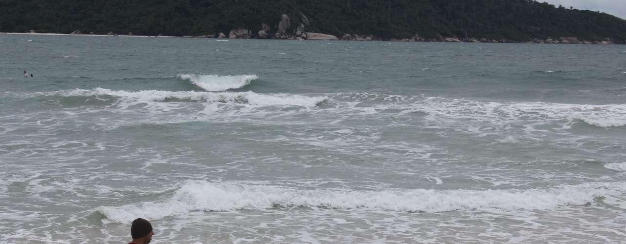 16 de março - No último fim de semana do verão, Florianópolis teve uma 'prévia' do verão. Diante das temperaturas amenas, alguns frequentadores da praia do Campeche recorreram a agasalhos e até mesmo gorros