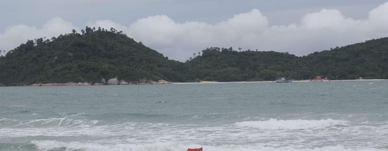 16 de março - Com a água gelada, poucos banhistas se arriscaram a entrar no mar