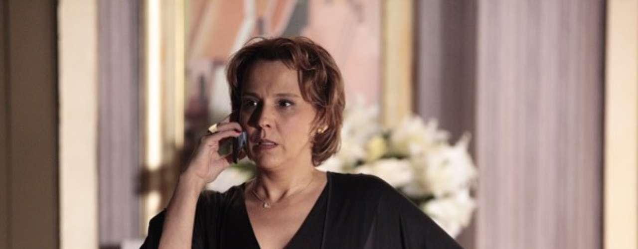 Rachel (Ana Beatriz Nogueira) descobre que Wanda (Totia Meirelles) está em Istambul e liga para avisar Helô (Giovanna Antonelli), que pede que ela se afaste da bandida