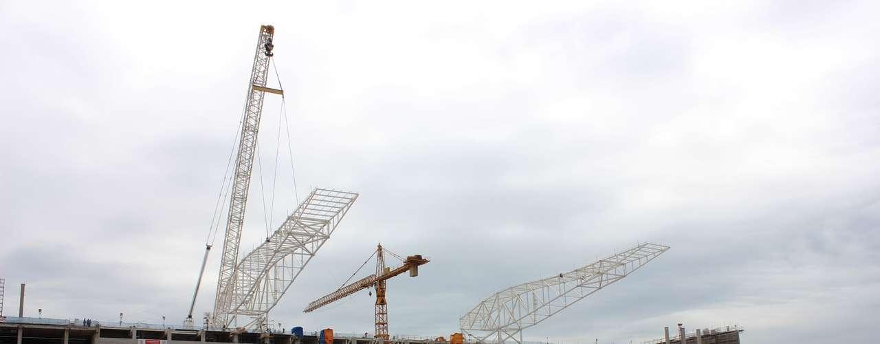 20 de março de 2013: Construtora responsável pelas obras da Arena Corinthiansanunciou nesta quarta-feira a instalação do segundo módulo metálico na cobertura da arquibancada oeste do estádio