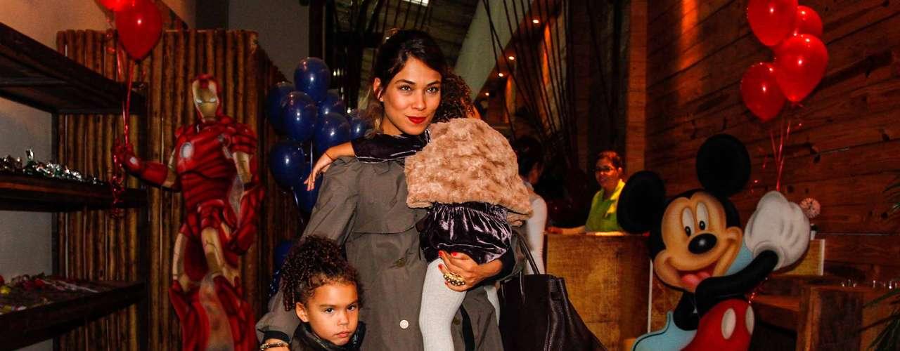 As filhas de Ronaldo, Maria Alice e Maria Sophia, com a mãe Bia Antony