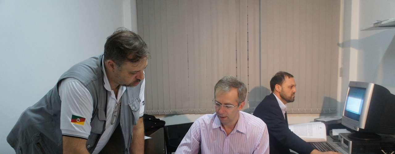 19 de março - Os delegados Marcelo Arigony (ao fundo) e Sandro Meinerz (centro) se reuniram com a equipe para analisar o relatório final do inquérito