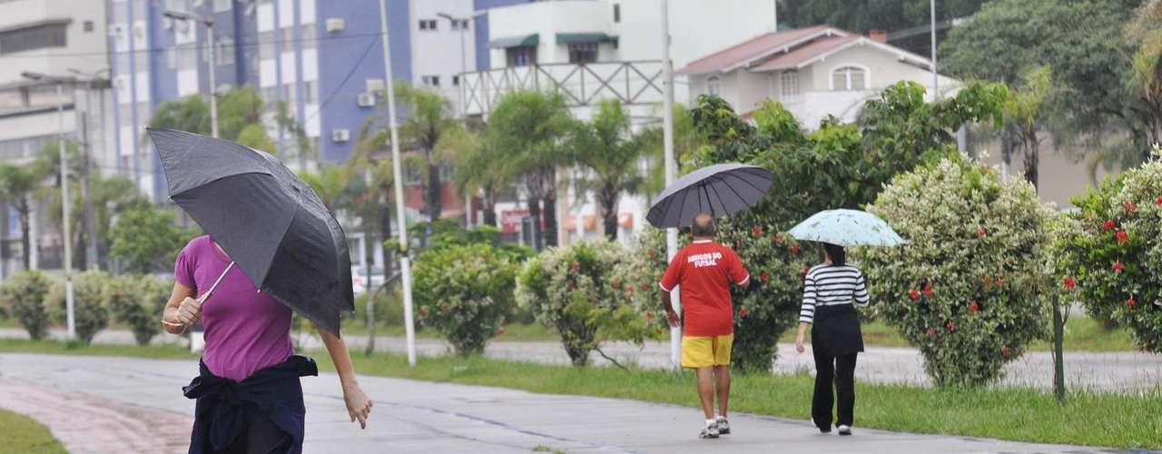 20 de marçoNo primeiro dia do outono, quem foi ao parque dos Coqueiros, em Florianópolis (SC), teve de se proteger da chuva