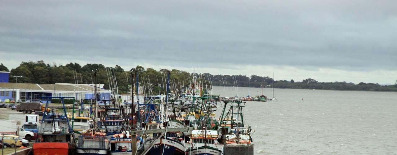 20 de março O mau tempo e o mar agitado prejudicaram a navegação na barra de Rio Grande, no litoral sul gaúcho