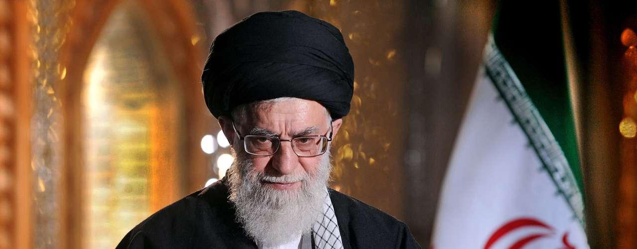 """Ali Khamenei pede cautela em negociações – EUA """"atacam pelas costas"""""""