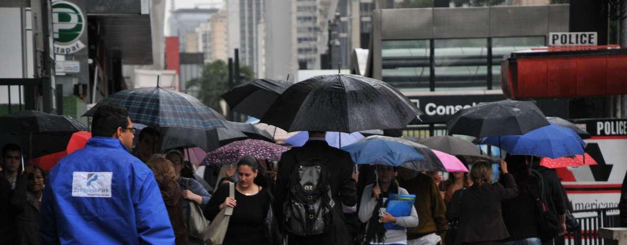 21 de março Paulistanos se protegem da chuva na região da avenida Paulista e rua da Consolação na manhã desta quinta-feira. A temperatura em São Paulo era de 21ºC