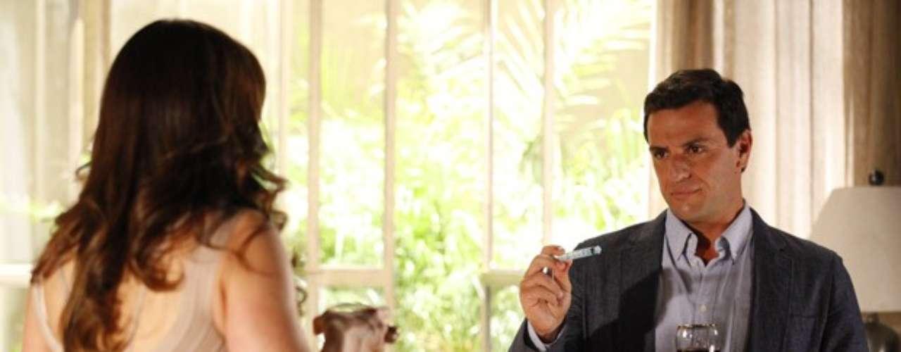 Após transar com Théo (Rodrigo Lombardi), em Salve Jorge, Lívia (Claudia Raia) se sente tão à vontade com o capitão que deixa a bolsa na sala, sem preocupações. Théo aproveita o momento para fazer suas investigações e encontra uma seringa na bolsa da vilã