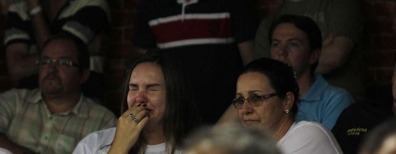 22 de março - Familiares e amigos das vítimas se emocionaram durante a exibição de vídeos da tragédia