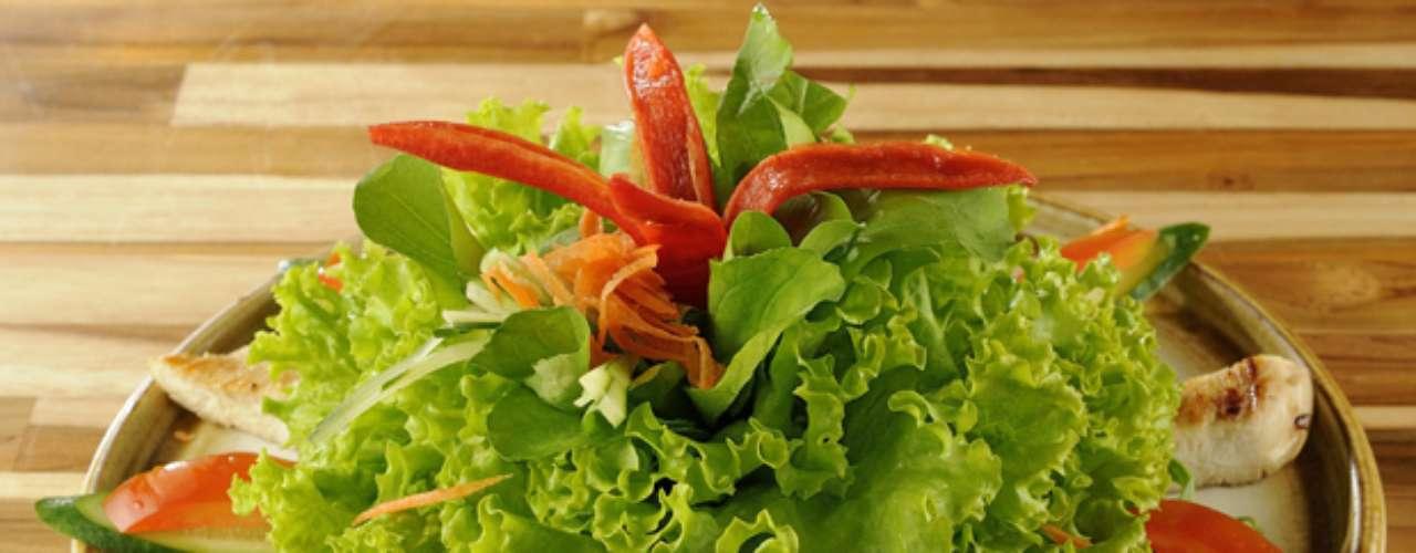 Indicada para a entrada, a torisalad leva vegetais e peito de frango