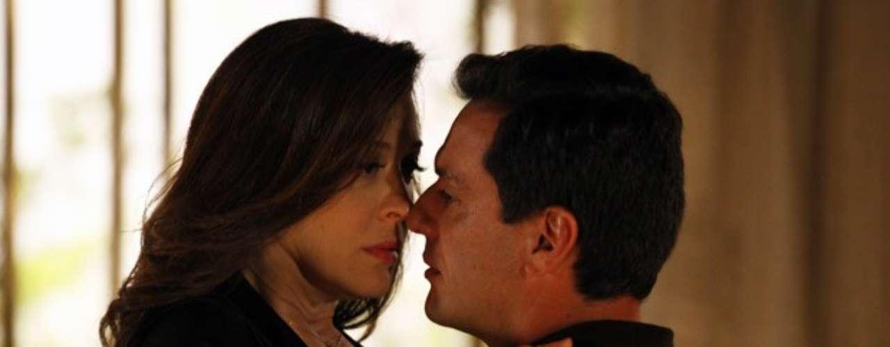 Lívia descobre que Théo é casado e fica furiosa. Por insistência do tenente, acabam se reconciliando e acabam na cama
