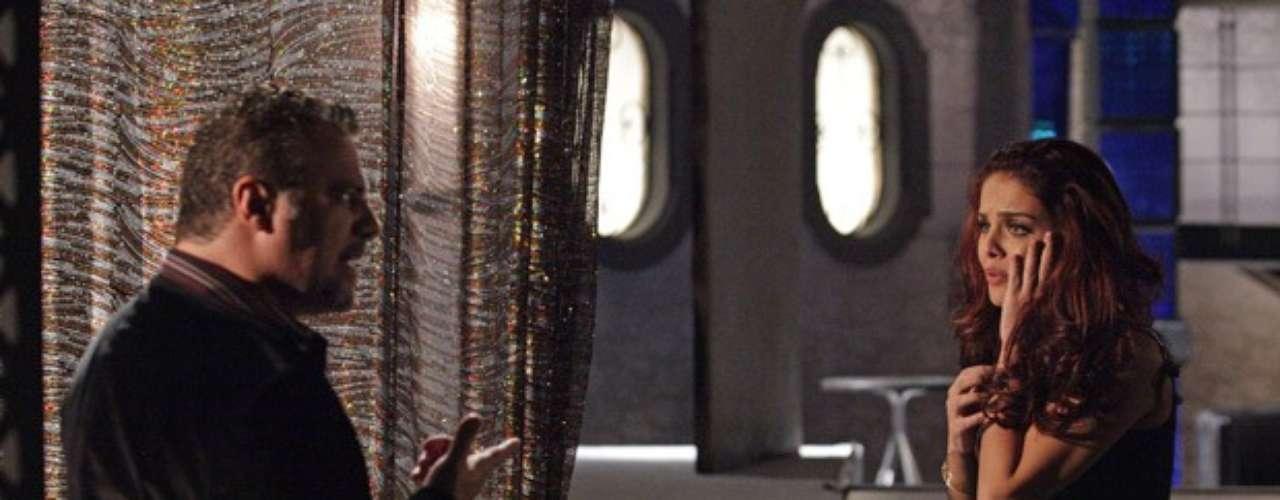 Ao saber que Morena (Nanda Costa) está viva, Russo (Adriano Garib) cobra explicações de Rosângela (Paloma Bernardi) e lhe dá um tapa na cara