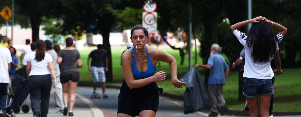 23 de março Garota patinano parque do Ibirapuera, zona sul de São Paulo, pela manhã. A cidade registra temperaturas entre18ºe25ºC