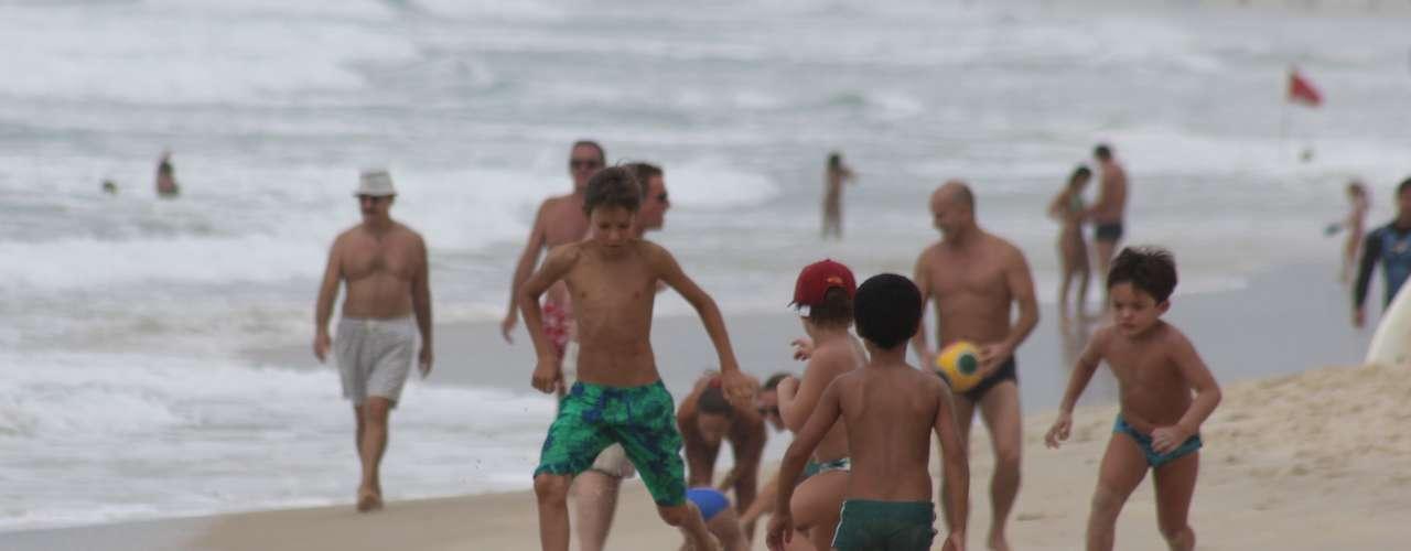 24 de março Banhistas curtem praia mesmo com dia nublado em primeiro domingo do outono em SC