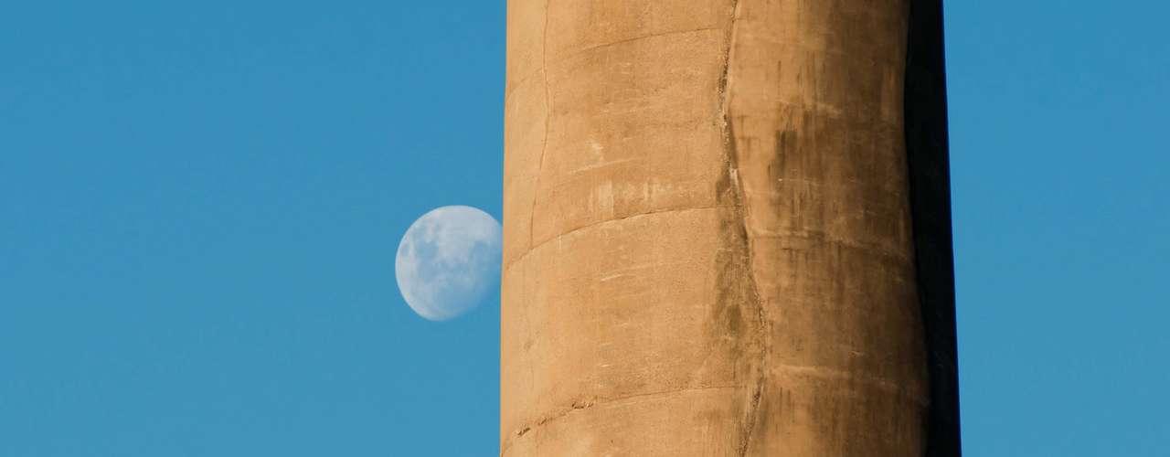 23 de março Lua aparece por trás da chaminé da Usina do Gasômetro, na capital gaúcha