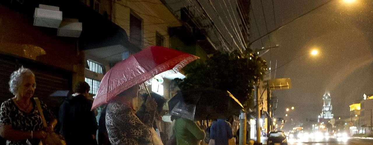 24 de março Com chuvas de leve a moderada, São Paulo tinha temperatura de21ºC ao anoitecer