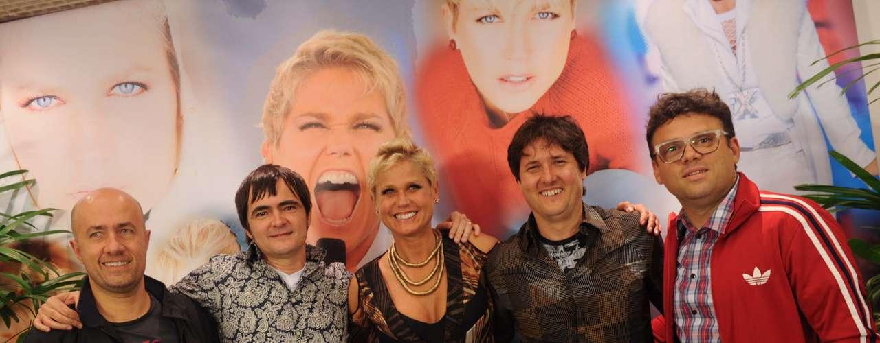 A apresentadora Xuxa Meneghel comemorou seu aniversário de 50 anos em um especial do 'TV Xuxa' gravado nesta segunda-feira (25), no Rio de Janeiro. Com convidados como o jornalista Pedro Bial, a atração vai ao ar no próximo sábado (30), na TV Globo. Na foto, Xuxa posa ao lado da banda Skank