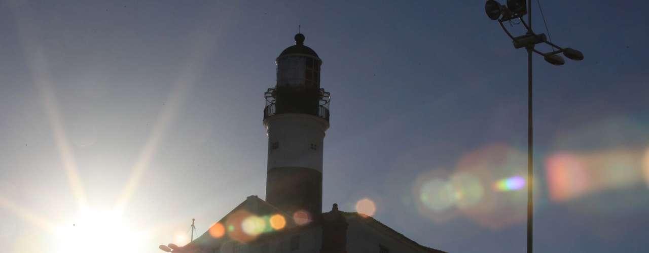 25 de março Pôr-do-sol no Farol da Barra, em Salvador, onde a sensação térmica chegava aos 36°C