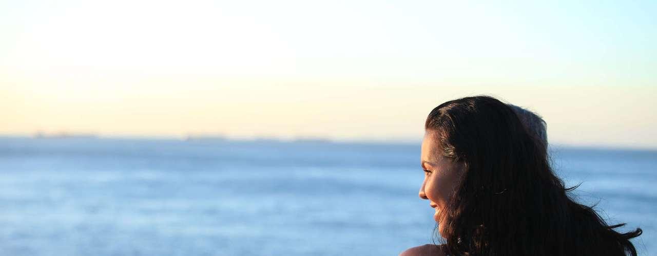 25 de marçoMulher assiste ao pôr-do-sol na praia,em Salvador