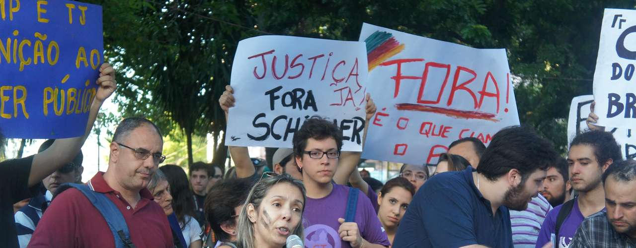 25 de março - Carine Corrêa, mãe de uma das vítimas do incêndio, pede que a sociedade pressione a CPI instaurada na Câmara de Vereadores por resultados concretos