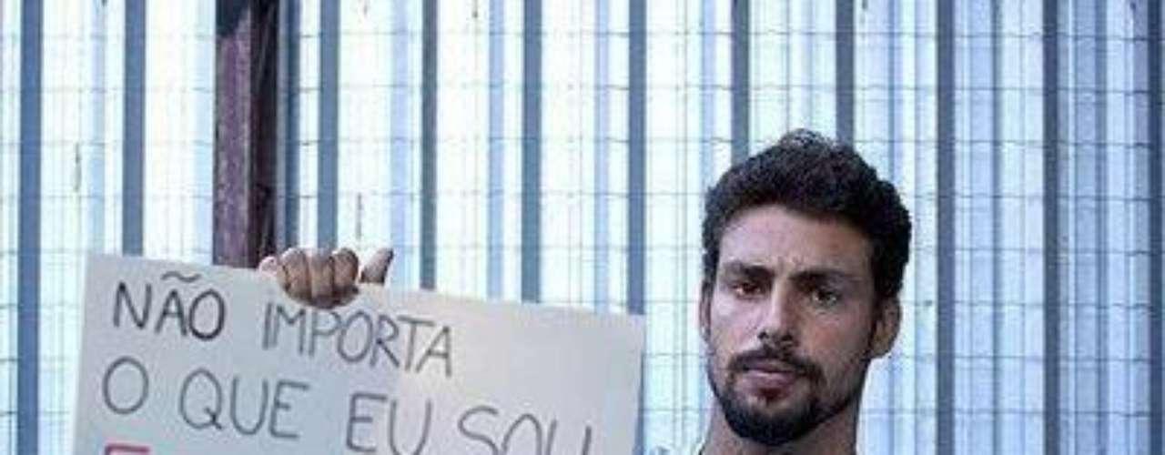 O ator Cauã Reymond também aparece nesta imagem com um cartaz da campanha