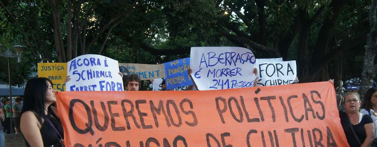 25 de março - Cerca de 200 pessoas fizeram uma manifestação nesta segunda-feira pedindo a saída do prefeito de Santa Maria, Cezar Schirmer