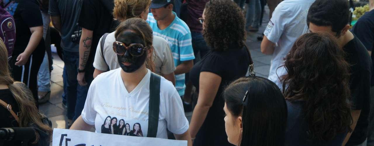 25 de março - Manifestação foi motivada pela inclusão de Schirmer entre as autoridades responsabilizadas pela tragédia que matou 241 pessoas