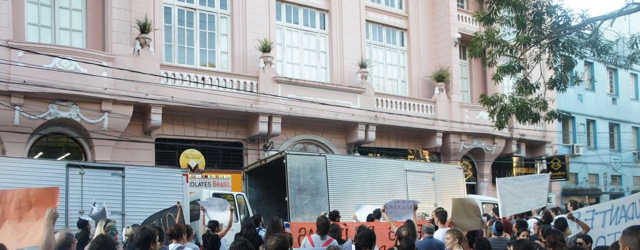 25 de março - Caminhões foram posicionados em frente ao prédio do gabinete do prefeito para prejudicar a manifestação