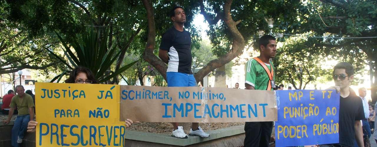 25 de março - Manifestantes cobram punição a prefeito após inquérito da Polícia Civil apontar a sua responsabilidade no incêndio