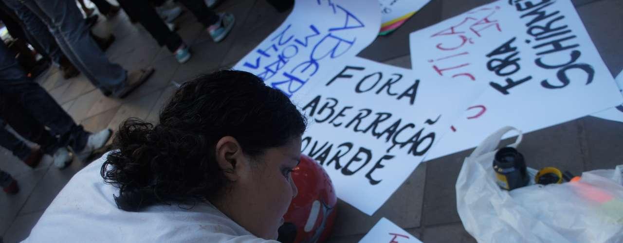 25 de março - Protesto criticou frase de Schirmer, que classificou a sua inclusão no inquérito de \