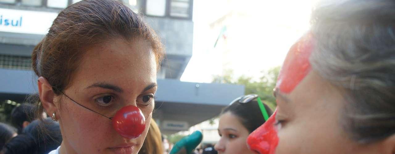 25 de março - Manifestantes usaram narizes de palhaço e pintaram os rostos durante protesto