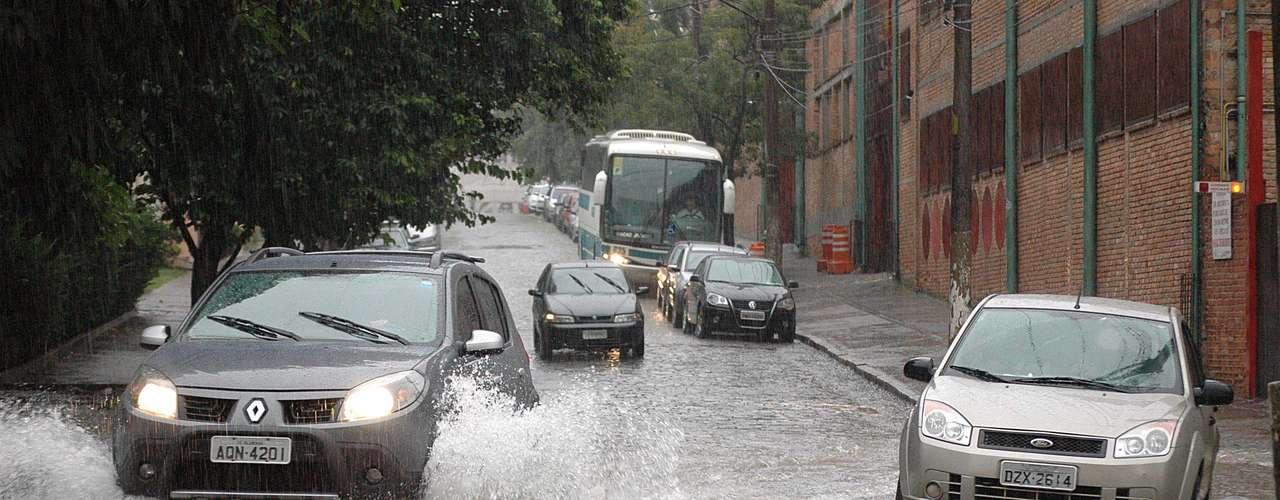 26 de março Carros trafegam em trecho alagado da rua Barão do Bananal, em São Paulo, durante forte chuva