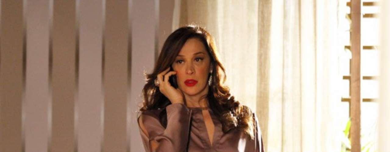 Lívia (Claudia Raia) liga para Théo (Rodrigo Lombardi) e recebe um fora. Ela liga novamente e ele ignora a chamada
