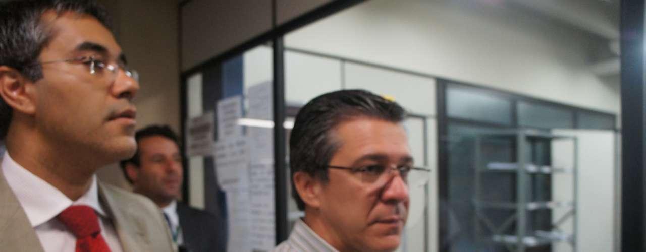27 de março - Defensores públicos foram acompanhados do presidente da associação de familiares das vítimas, Adherbal Alves Ferreira (dir.)