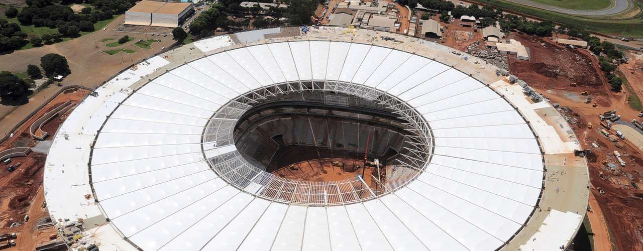 27 de março de 2013: perto da entrega oficial, o Estádio Nacional de Brasília Mané Garrincha teve instalada a última das 48 partes da película principal da membrana da cobertura