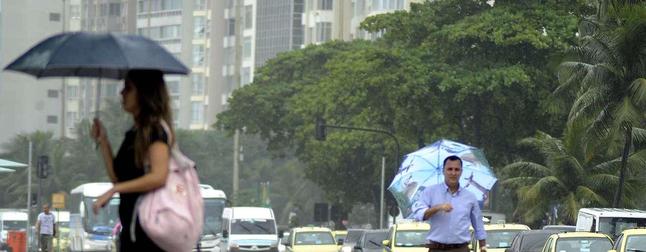 27 de março À tarde, a chuva chegou à praia de Copacabana, na zona sul do Rio de Janeiro